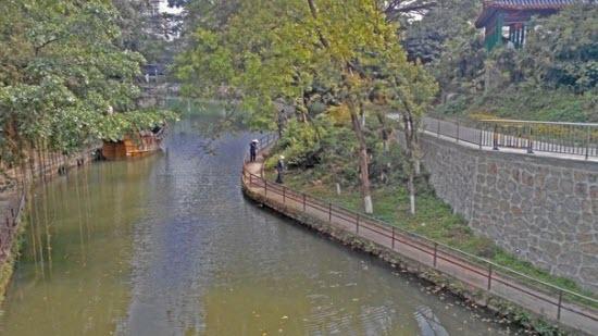 Деревянный кораблик и речка