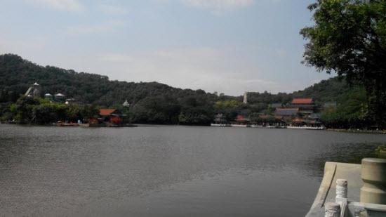 Озеро и вид на парк