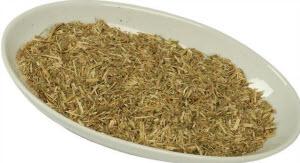 Сушеная трава в тарелке