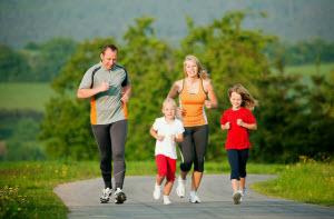 Семья бегает