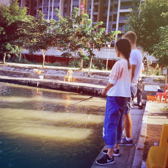 Парень и девушка на рыбалке