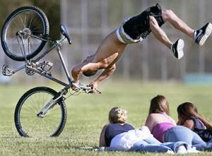 Велосепедист падает