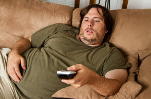 Полный мужчина на диване