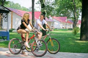 Девушка и парень на велосипеде