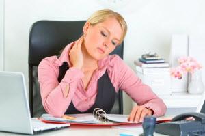 Девушка работает в офисе