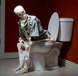 Скелет на унитазе