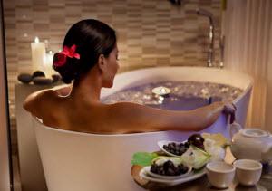 Девушка в ванной с марганцовкой