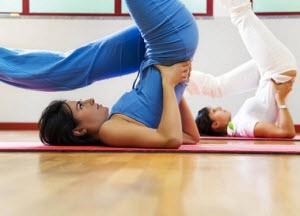 Девушки делают гимнастику для позвоночника