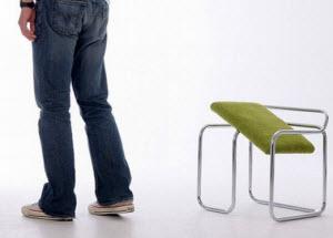 Ноги и полоанный стул