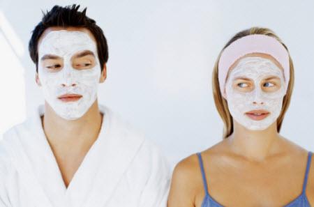 Девушка и парень с маской на лице