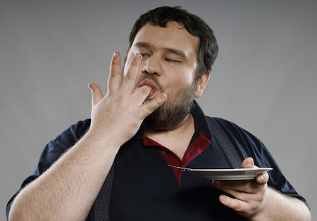 полный мужчина ест